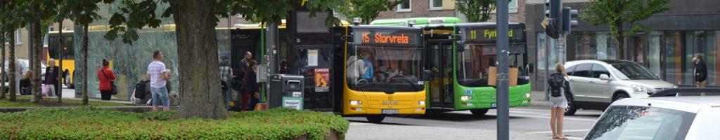 Miljövänliga gröna stadsbussar och gula regionbussar
