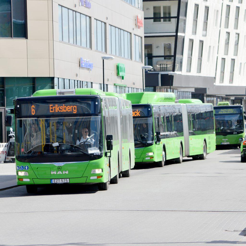 Busstrafik med miljövänliga gröna (och gula) bussar.